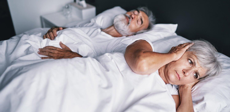 Altes Paar im Bett